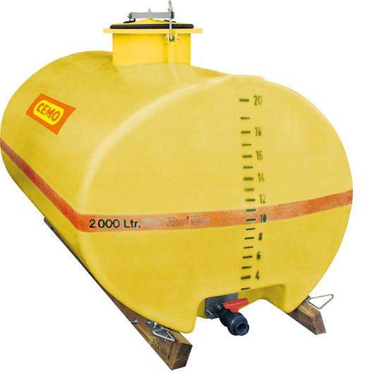 Beispiel für GFK-Fass 2000 Liter mittiger Dom ausgestattet mit Holzkufen – PVC-Kugelhahn als Zubehör